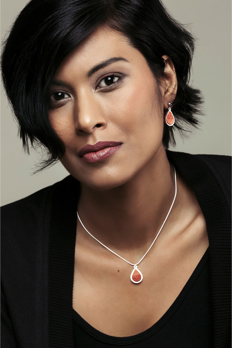model wearing matching coral red Candide teardrop studs and necklace by Bijoux Pépine Montréal