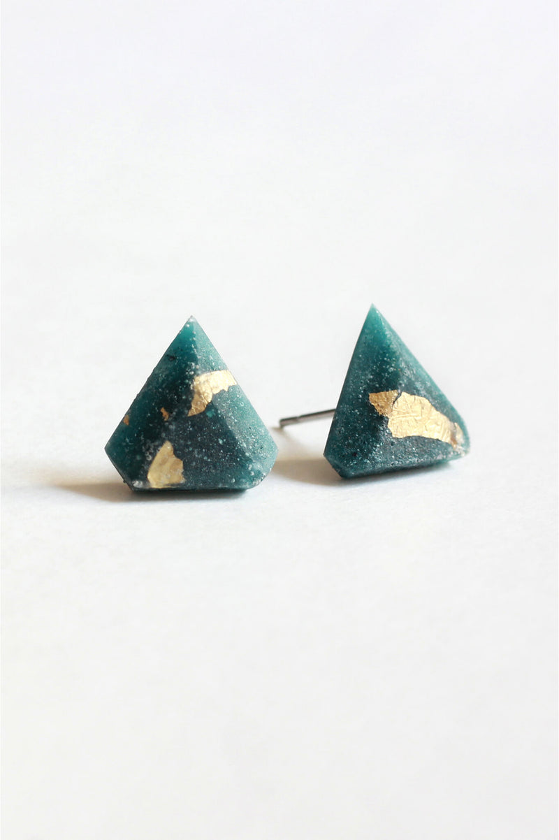 Diamant, small triangular earrings in forest green resin, hypoallergenic stainless steel studs and gold leaf