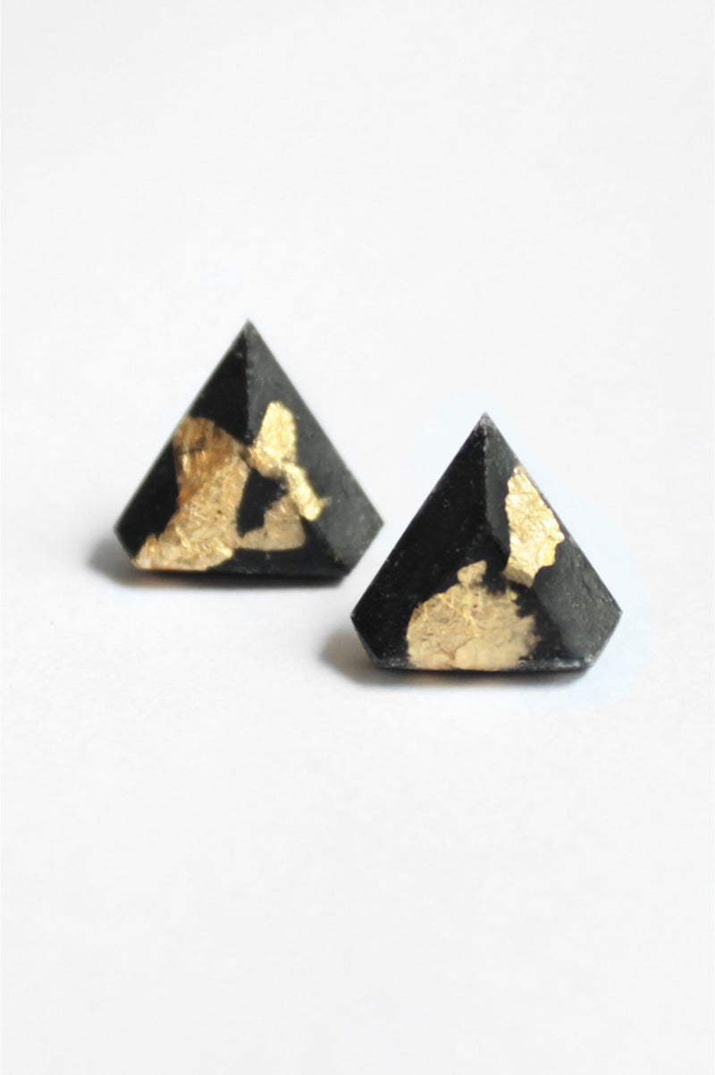 Diamant, small triangular earrings in black resin, hypoallergenic stainless steel studs and gold leaf