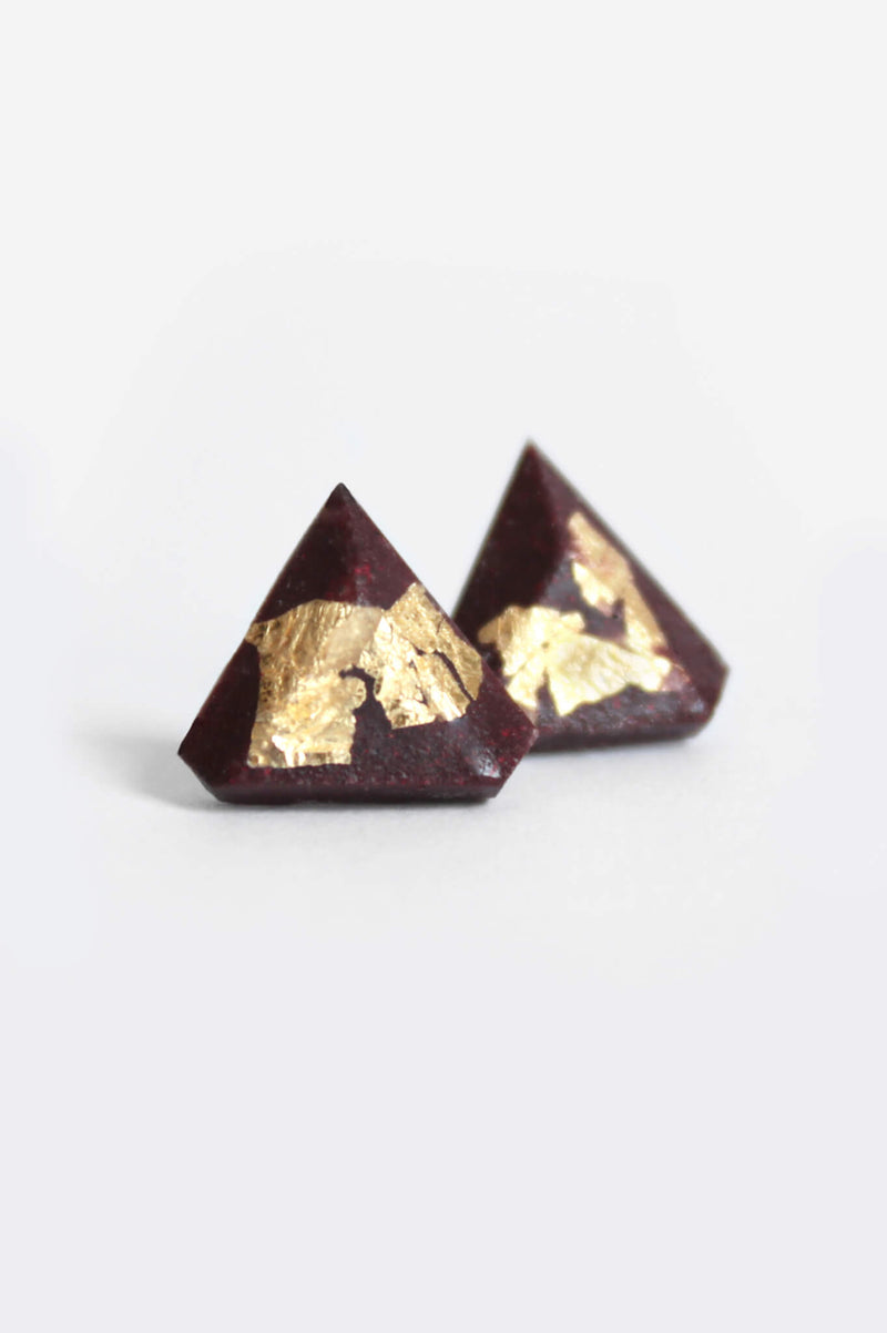 Diamant, small triangular earrings in burgundy red resin, hypoallergenic stainless steel studs and gold leaf