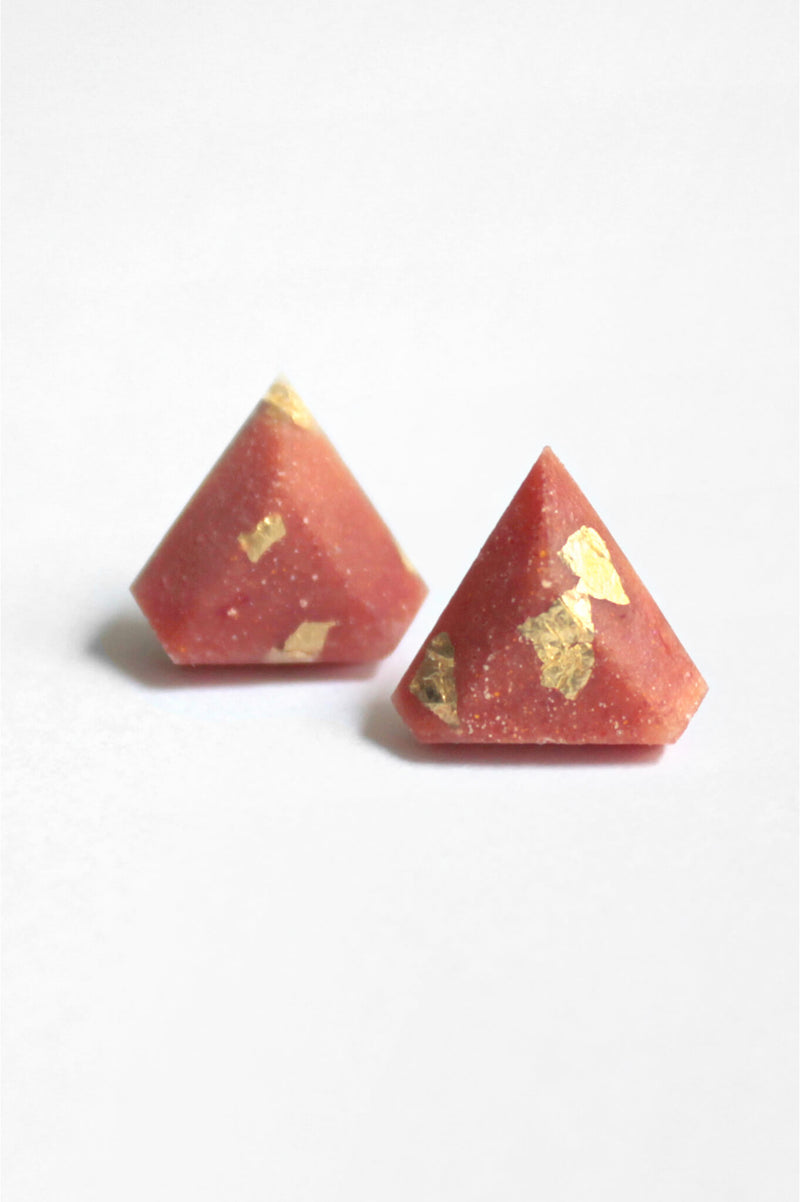 Diamant, small triangular earrings in coral red resin, hypoallergenic stainless steel studs and gold leaf