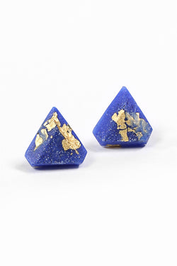 Diamant, small triangular earrings in classic blue indigo resin, hypoallergenic stainless steel studs and gold leaf