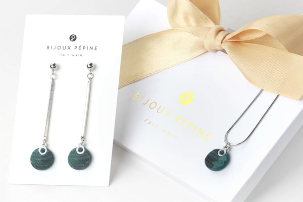 Dune jewelry set parure with earrings studs and teardrop adjustable length necklace in green forest color resin and hypoallergenic stainless steel