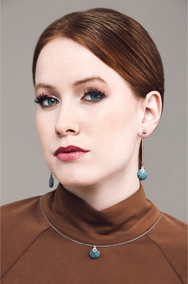 model wearing Montreal designer Bijoux Pépine's Dune necklace in two-toned forest green