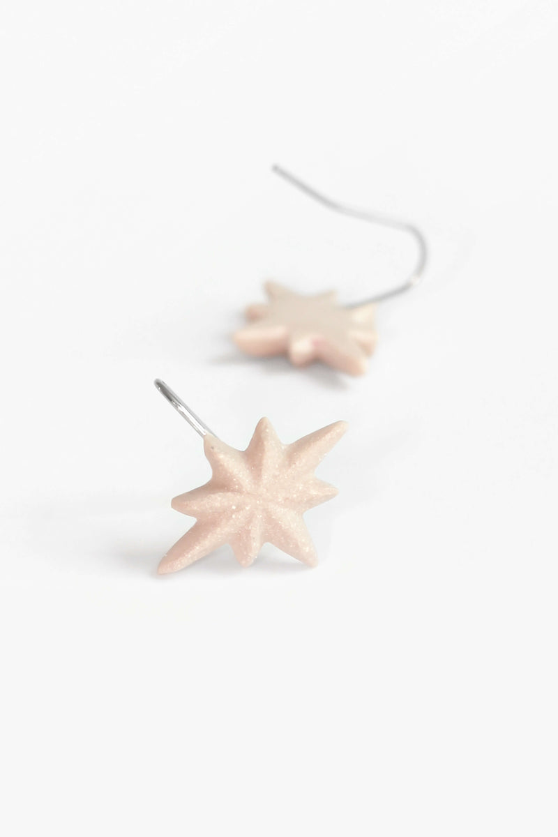 Etoile du Berger, handmade star-shaped earrings in beige resin and hypoallergenic stainless steel