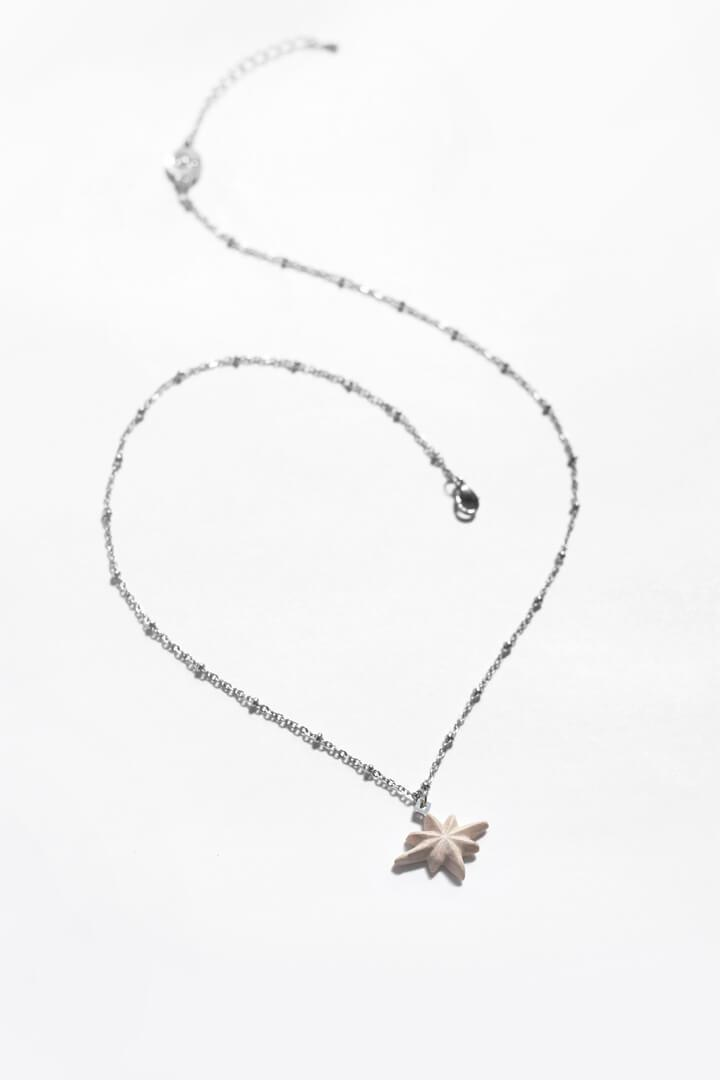 Etoile du Berger, handmade star-shaped necklace in beige resin and hypoallergenic stainless steel