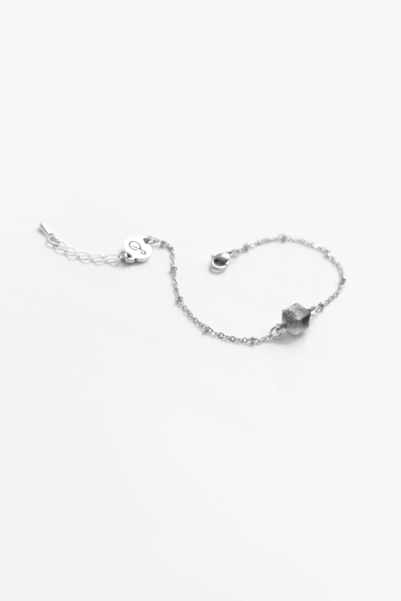 Hasard, delicate handmade bracelet in marbled black and white resin and hypoallergenic stainless steel
