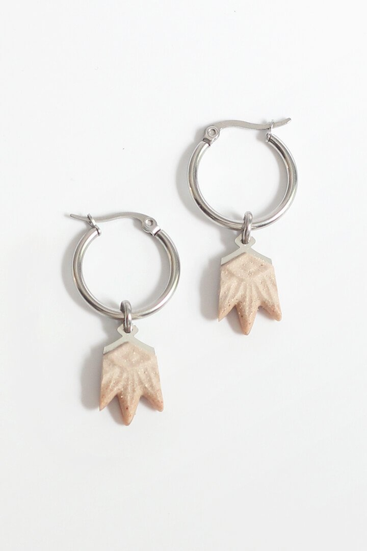 Lys, flower-shaped hoop earrings in beige resin and hypoallergenic stainless steel