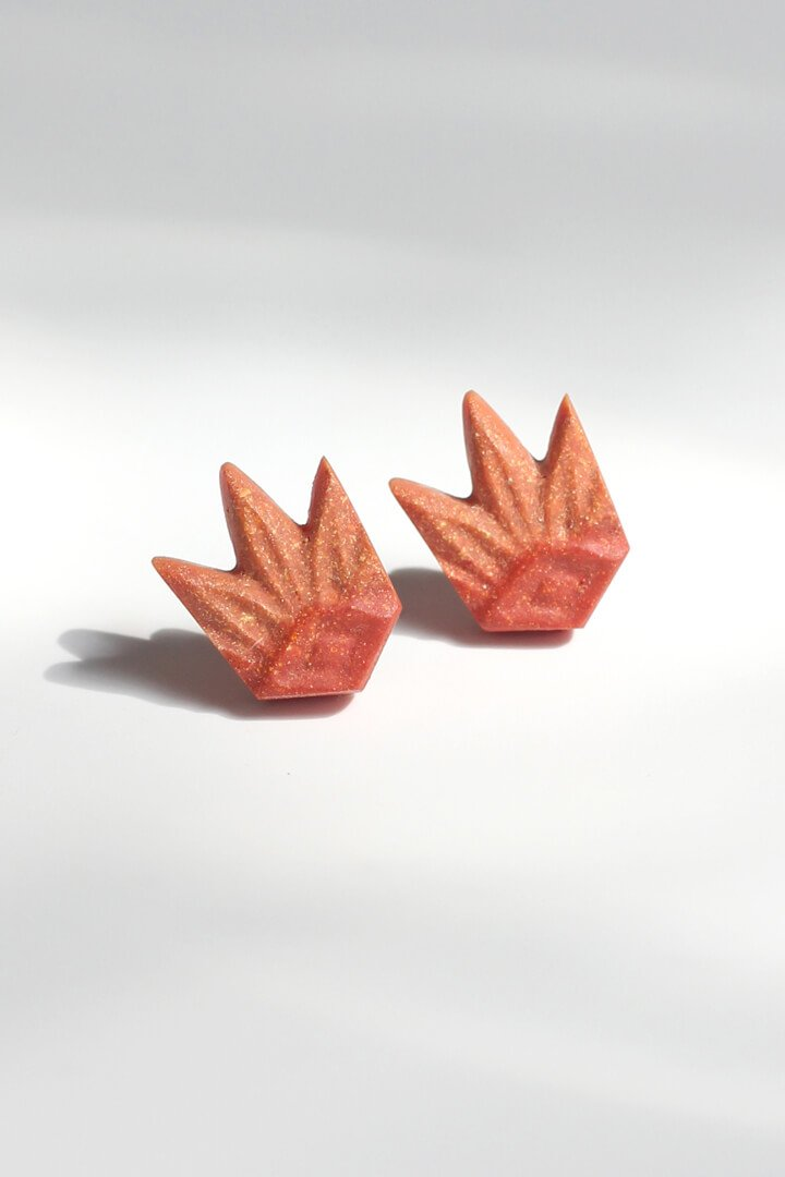 Lys, flower-shaped studs in coral red resin and hypoallergenic stainless steel