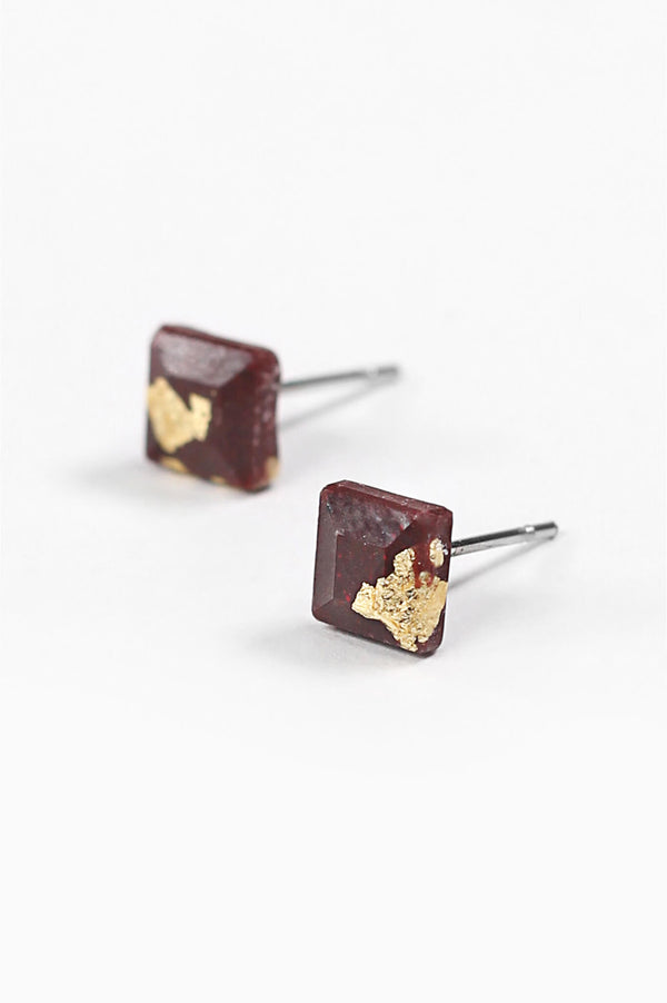 Mozaique, small square-shaped hypoallergenic studs in burgundy red resin and gold leaf