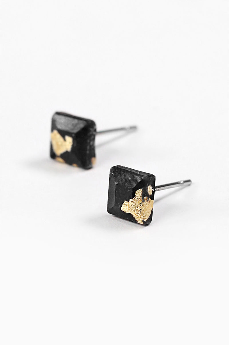 Mozaique, small square-shaped hypoallergenic studs in black resin and gold leaf