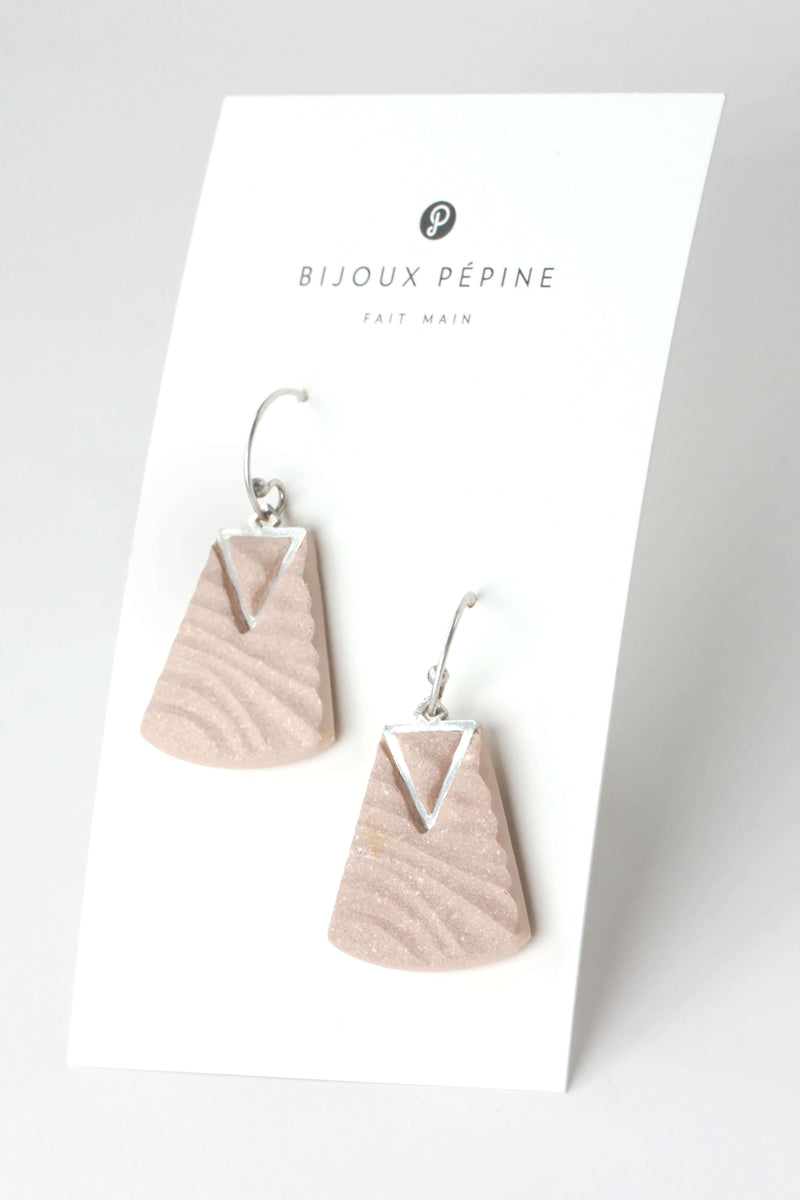 Nil, medium-sized earrings handmade with beige resin and hypoallergenic stainless steel