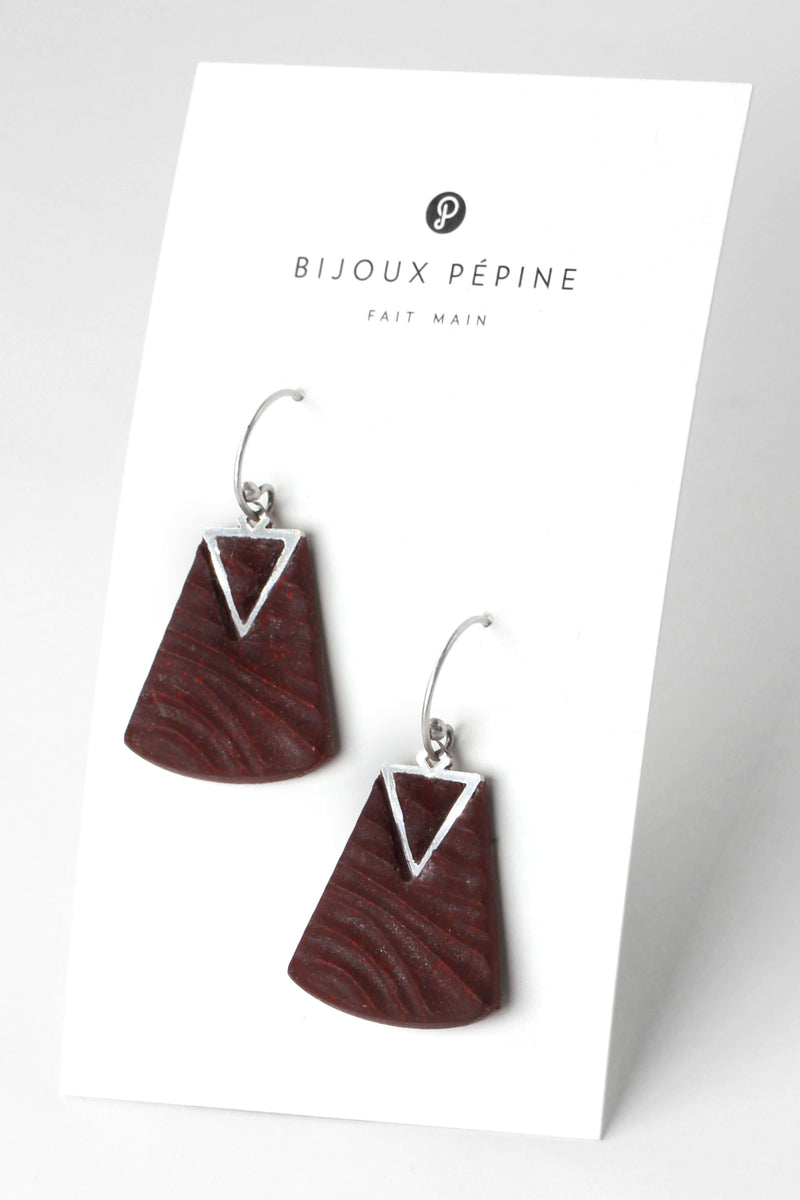 Nil, medium-sized earrings handmade with burgundy resin and hypoallergenic stainless steel