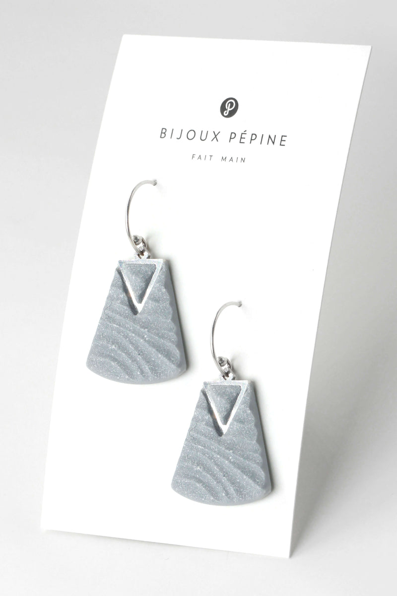 Nil, medium-sized earrings handmade with grey resin and hypoallergenic stainless steel