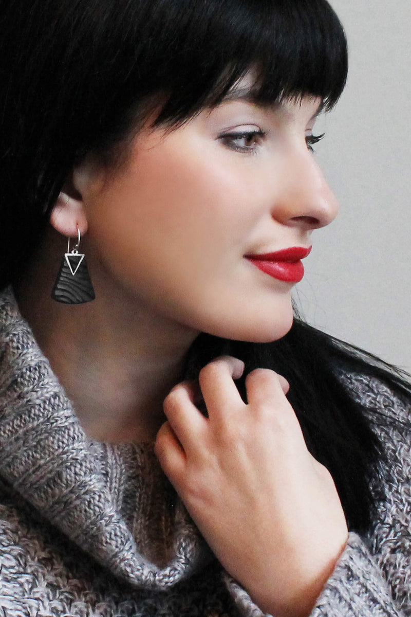 black-haired fashion model wearing Montreal designer Bijoux Pépine's Nil earrings in black