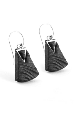 Nil, medium-sized earrings handmade with black resin and hypoallergenic stainless steel