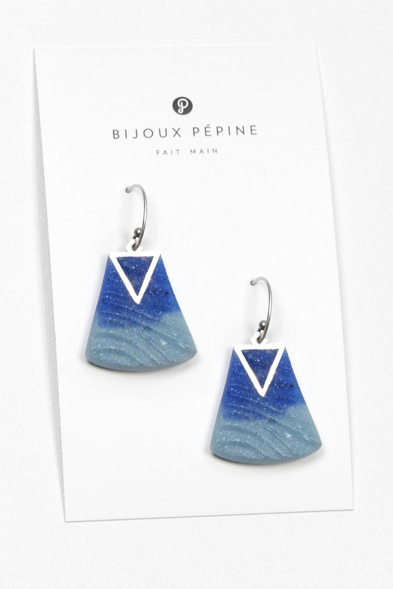 Nil, medium-sized earrings handmade with blue indigo resin and hypoallergenic stainless steel