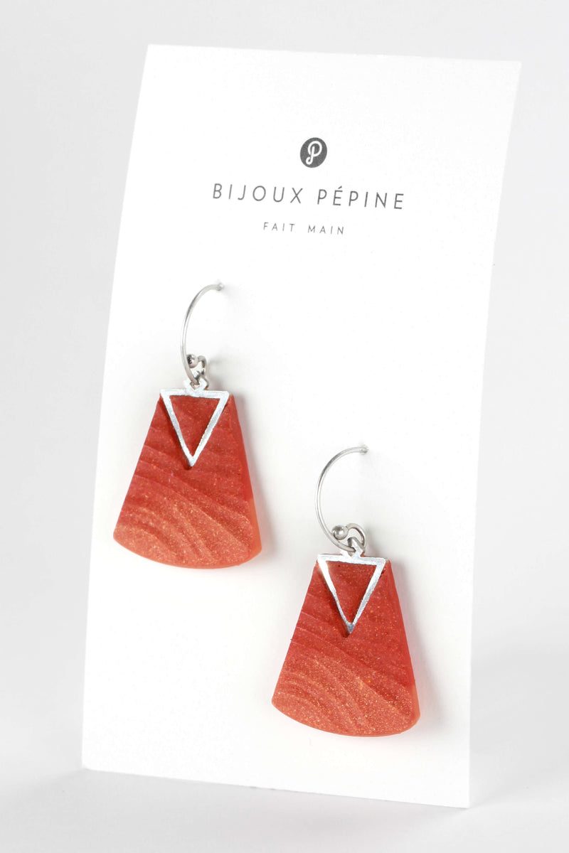 Nil, medium-sized earrings handmade with coral red resin and hypoallergenic stainless steel