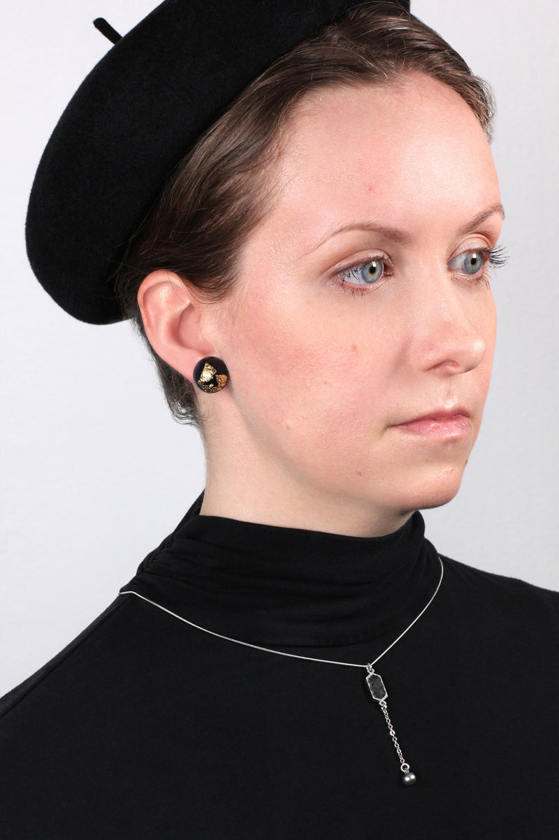 woman wearing black Nova pendant necklace, handmade in Montreal by Bijoux Pépine Montreal