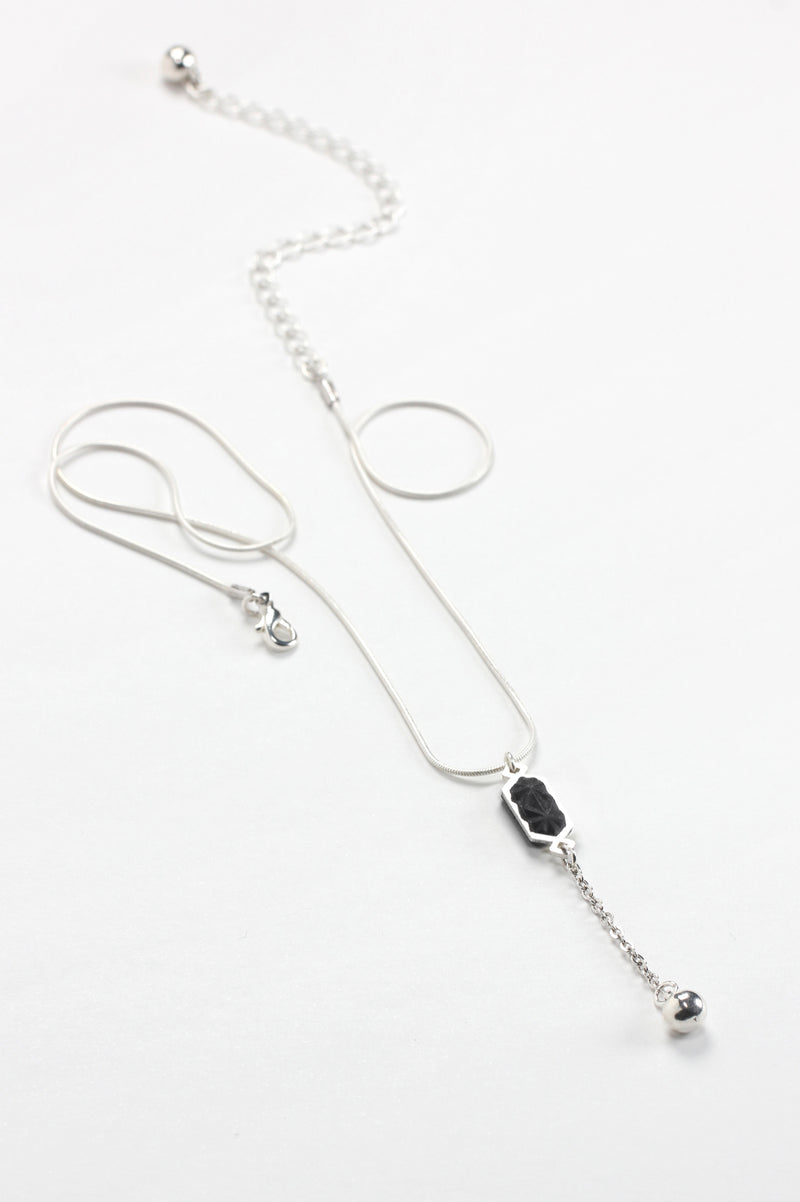 Nova, adjustable-lenght necklace handmade with black resin and hypoallergenic stainless steel