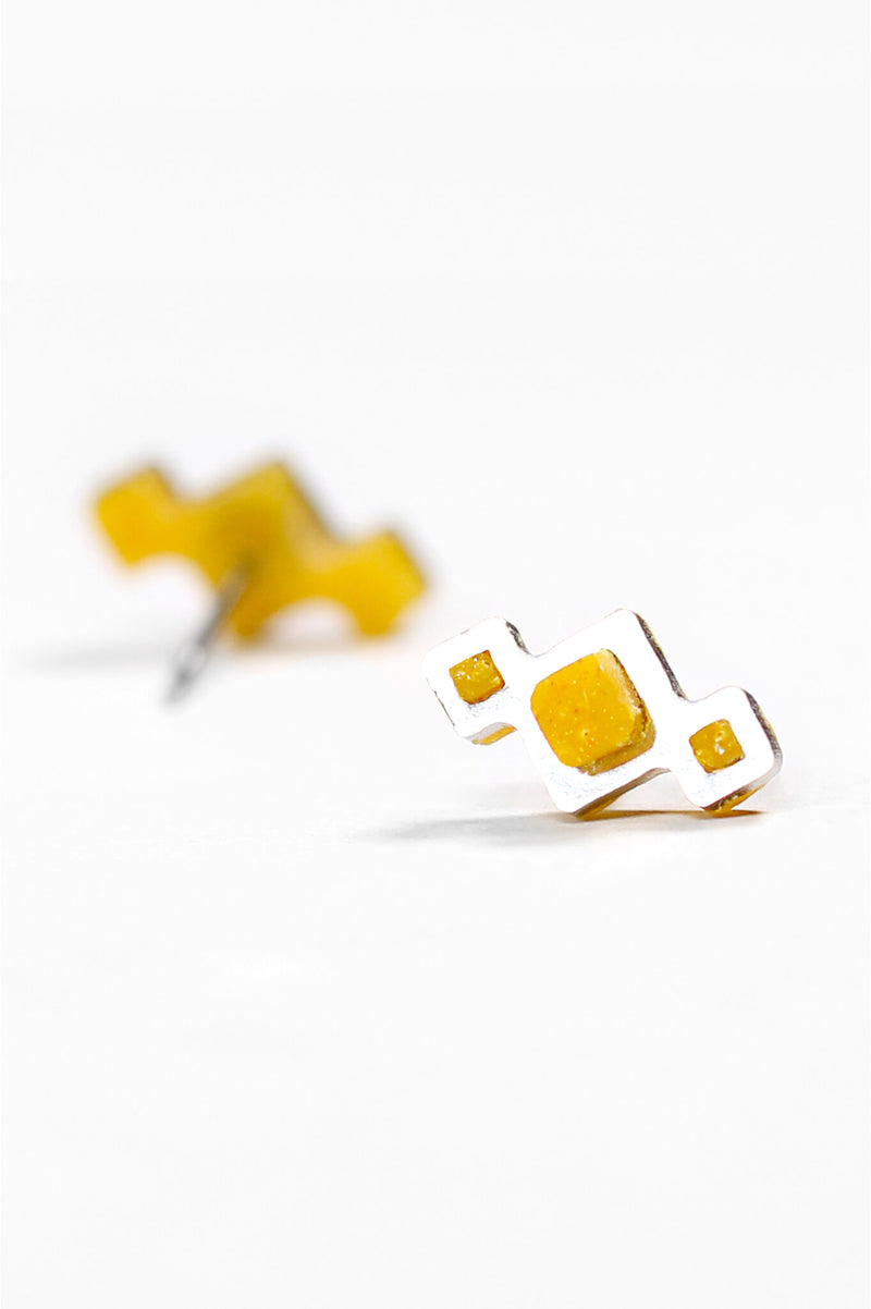 Pineale-studs-earrings-handmade-montreal-canada-resin-jewelry-hypoallergenic-stainless-ochre-yellow-corn-powder