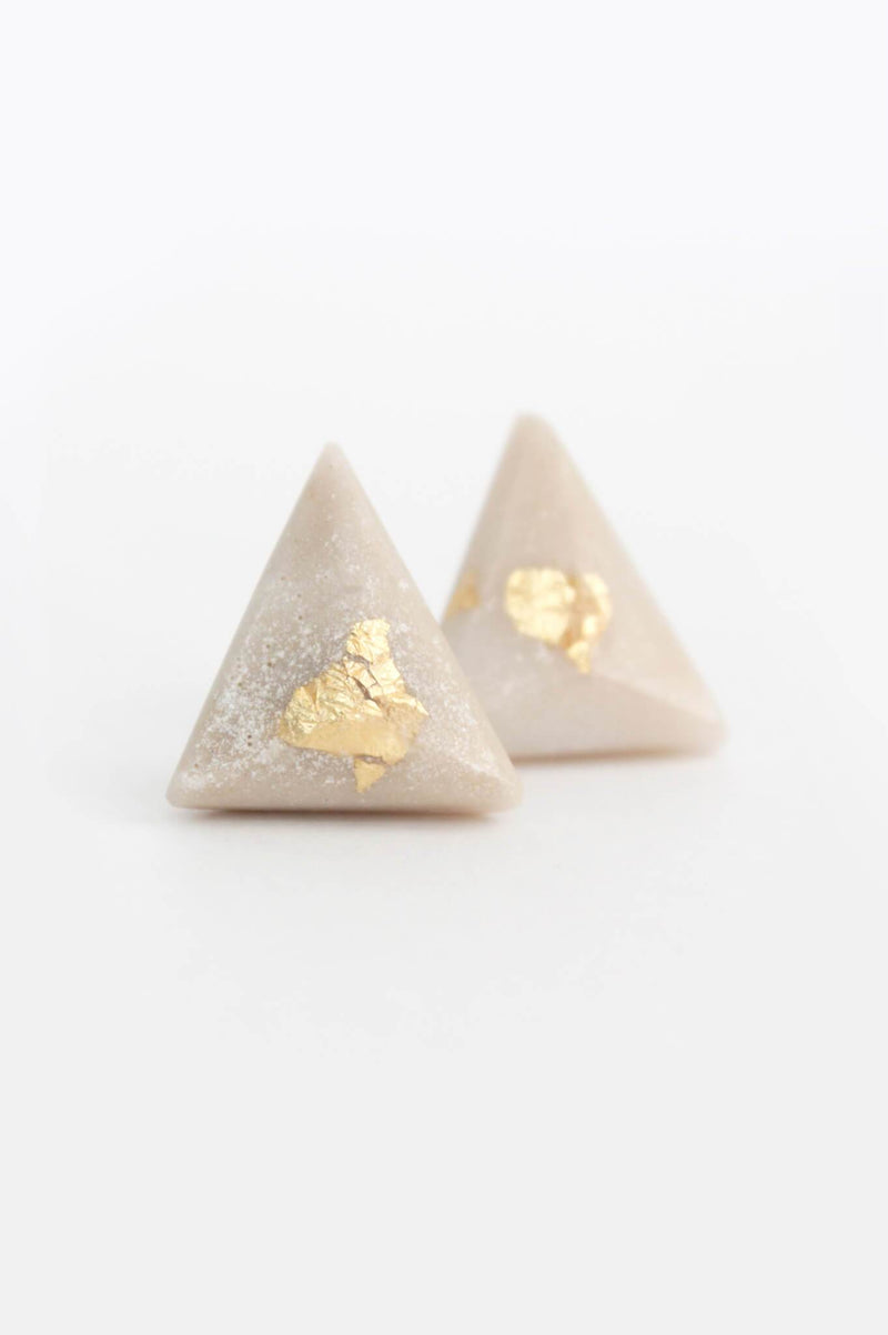 Pyramide-studs-earrings-handmade-montreal-canada-resin-jewelry-hypoallergenic-stainless-steel-gift-gold-leaf-beige-sand