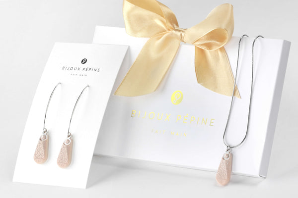 Rosée jewellery set parure with earrings sand teardrop adjustable length necklace in beige color resin and hypoallergenic stainless steel