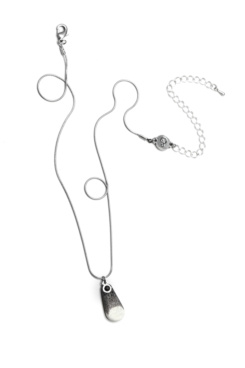 Rosée teardrop adjustable length necklace in resin and hypoallergenic stainless steel marbled black and white color