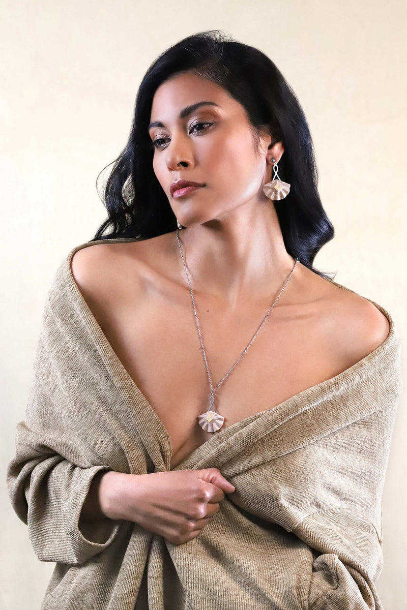 Statement jewelry set with long pendant chain in stainless steal and studs earrings with gold leaf 24 carats named Cancan and beige resin color