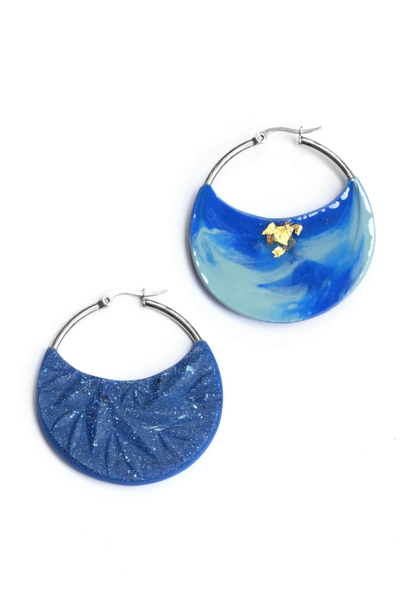 Séléné, dark blue indigo resin and 24 karat gold leaf luxury hoop earrings handmade in Montreal by Bijoux Pépine