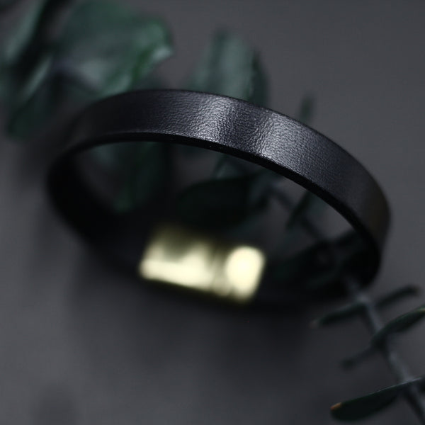 Wide 10mm leather bracelet in black Italian leather and closed with a mechanically inset magnetic clasp.