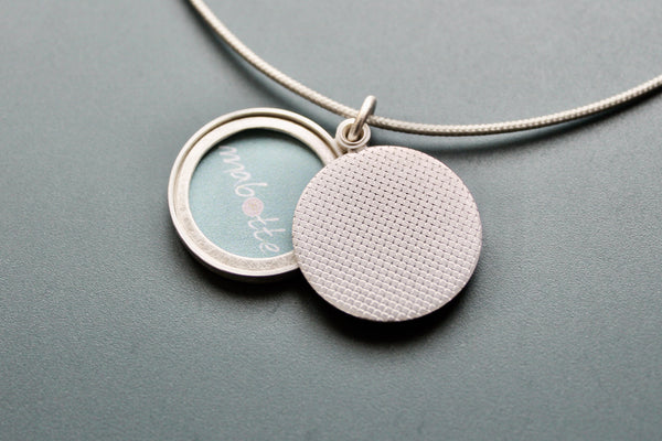 minimalist locket for one picture in sterling silver with check pattern