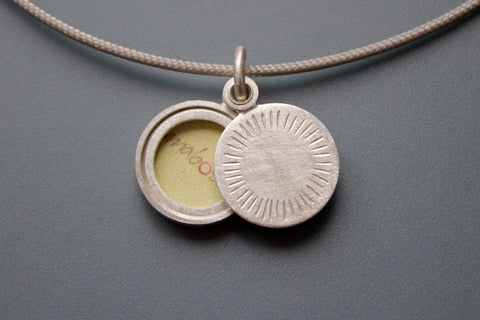 small minimalist silver locket for one picture with aureole
