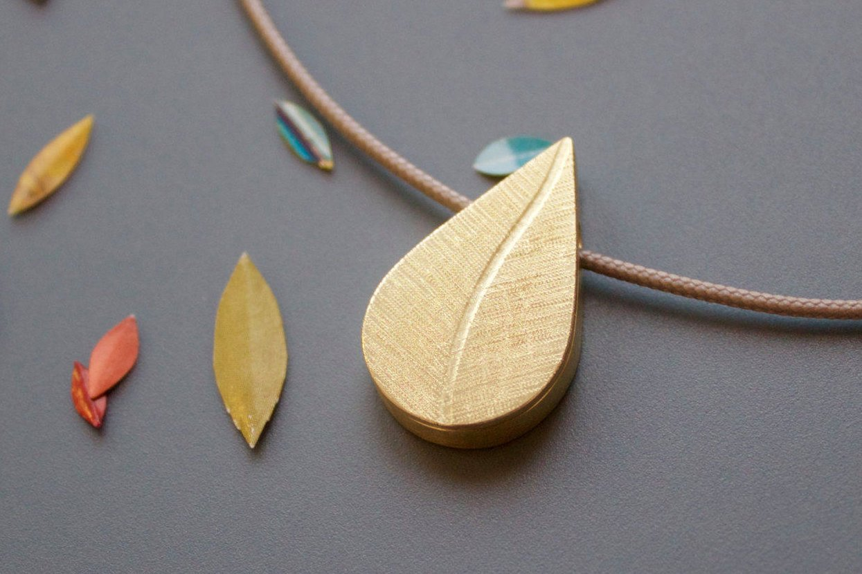 elegant leaf pendant in 18ct yellow gold with secret photo locket