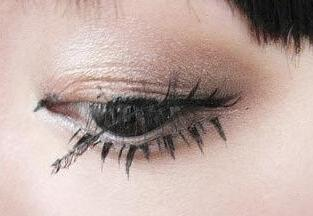 How to Remove Fake Lashes