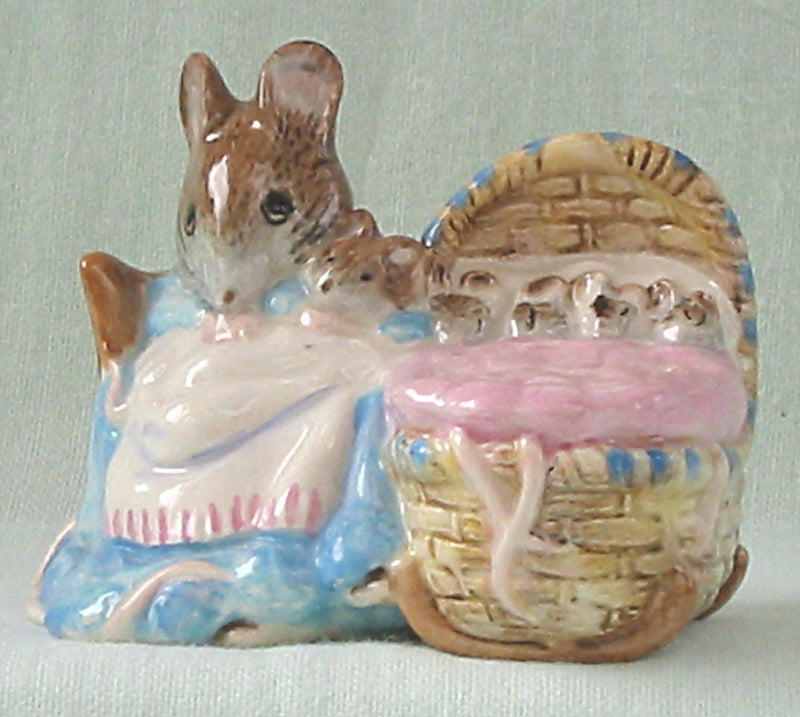 Beswick Beatrix Potter Hunca Munca.Style 1-with babies.BP3b