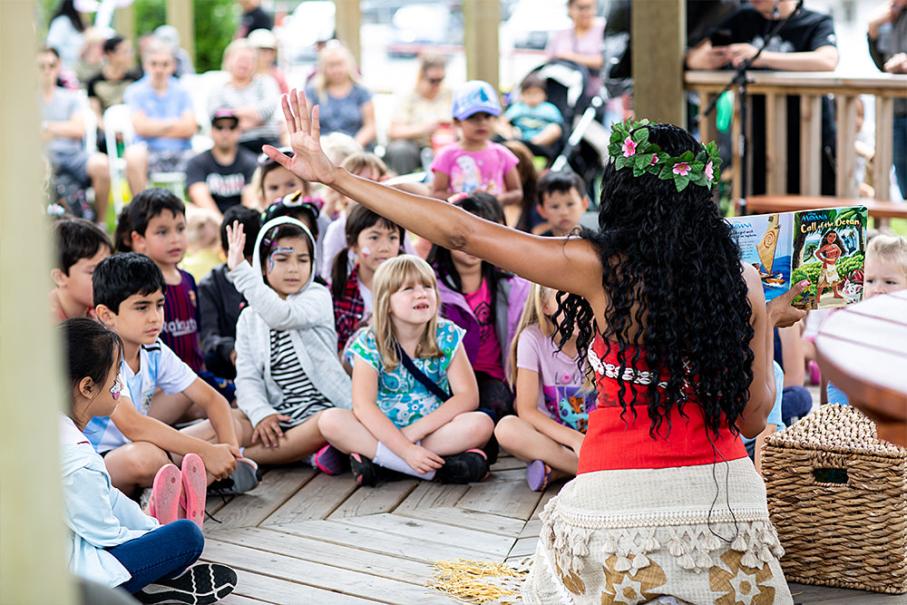 Moana telling a story to children