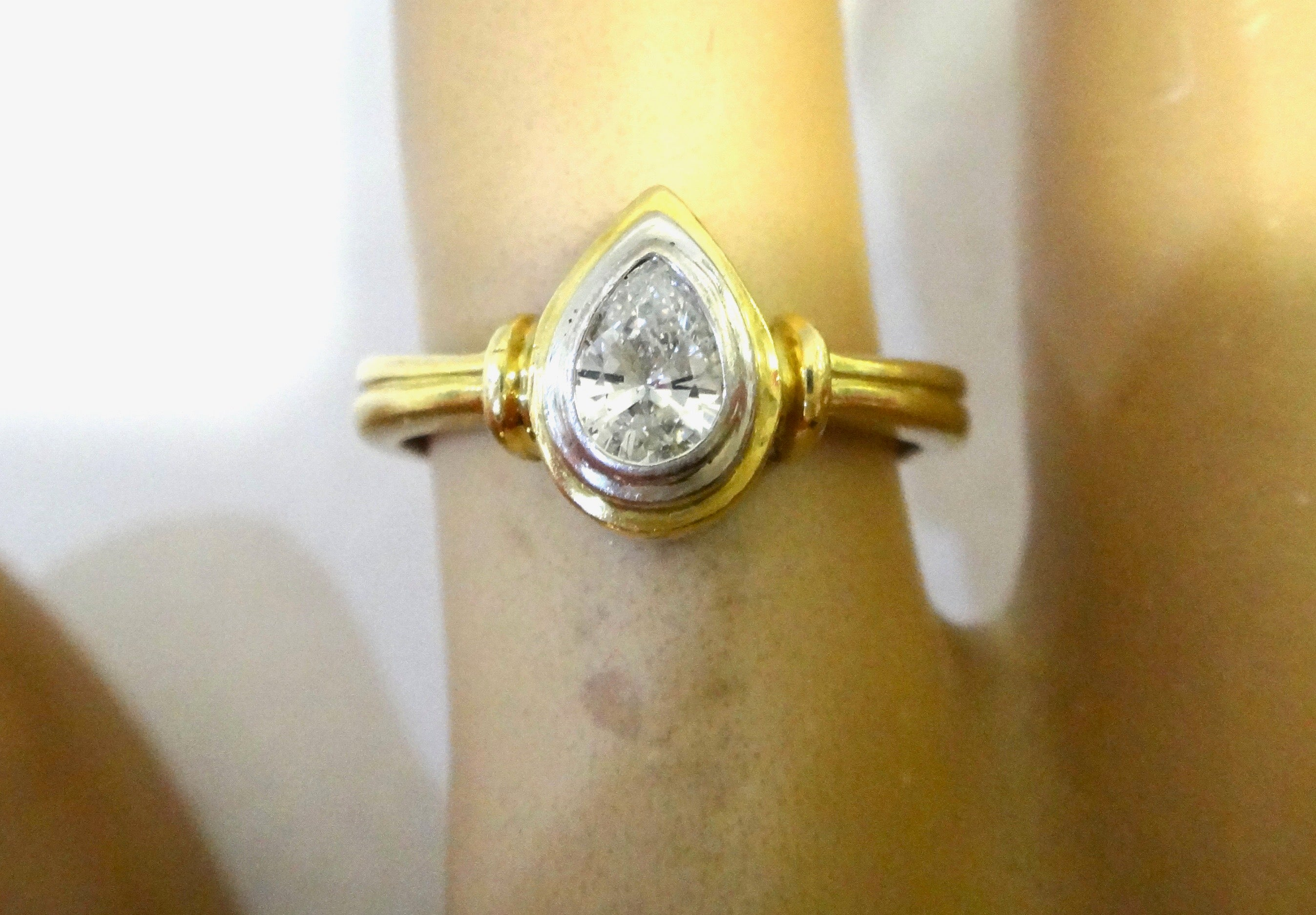 18CT GOLD & Pear Shaped Diamond Ring