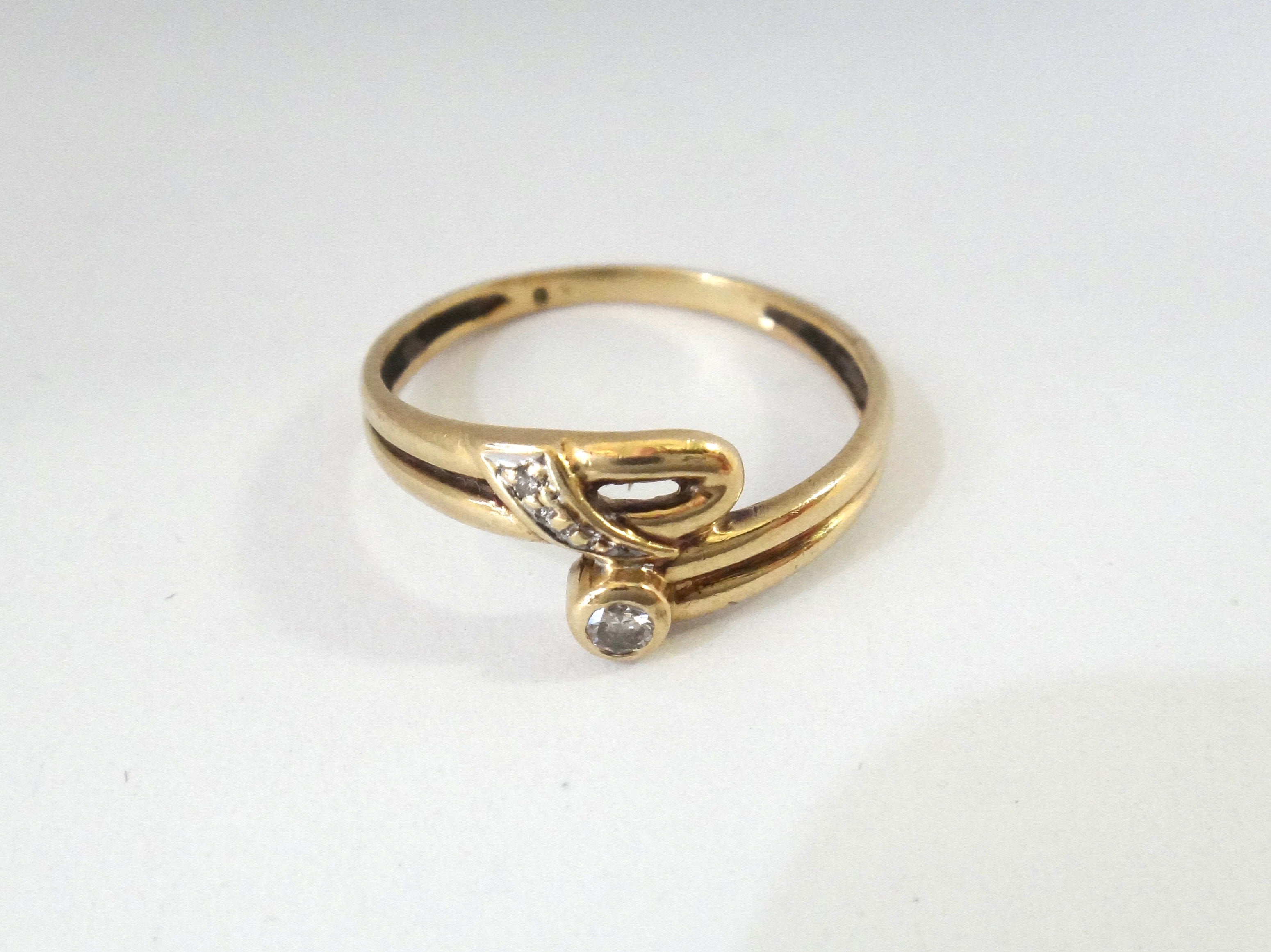 9CT GOLD & Brilliant Cut Diamond Ring