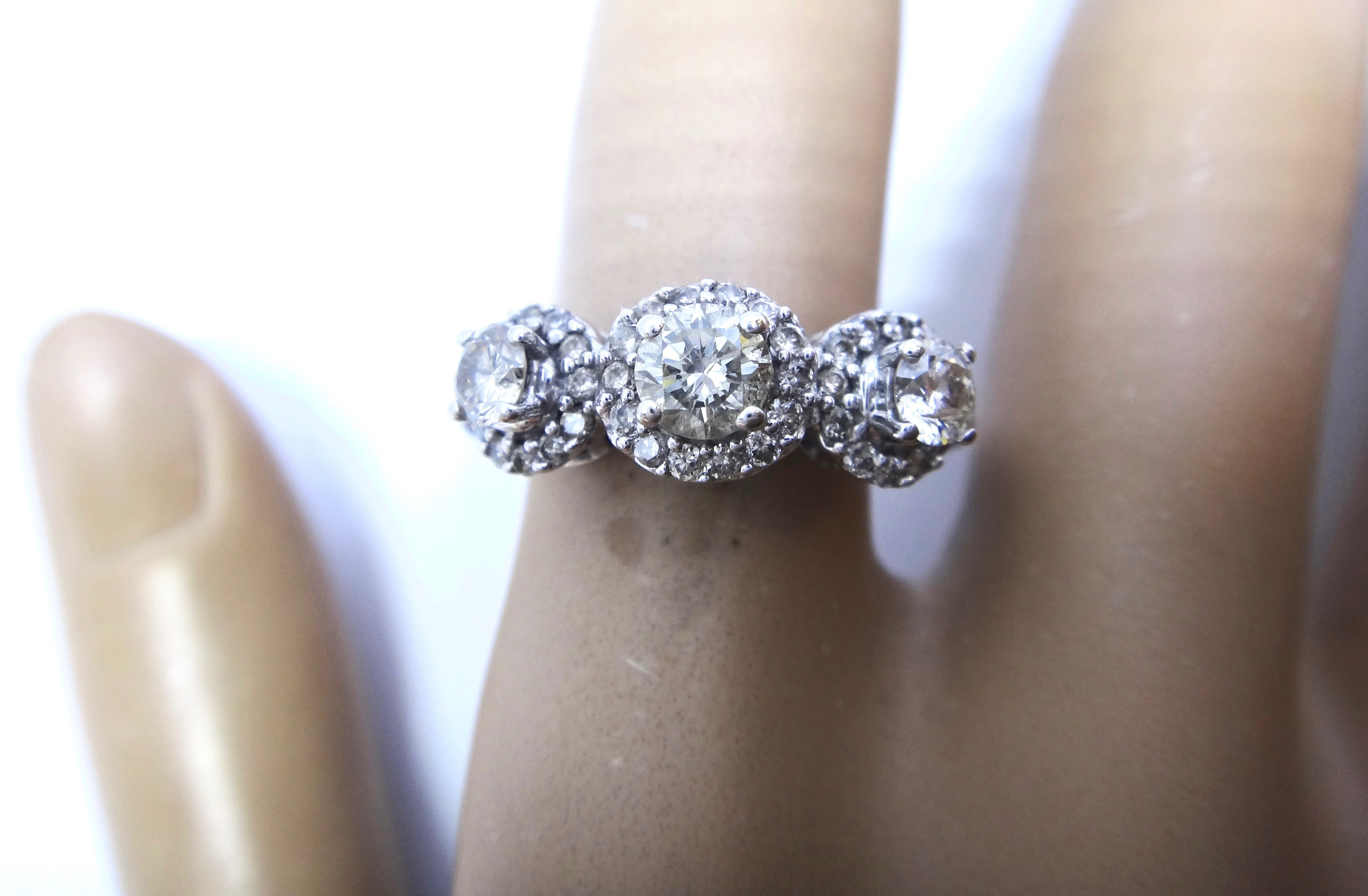 18CT White GOLD & Multi Brilliant Cut DIAMOND Ring