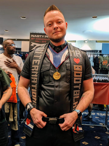 IMBB 2019 winner Kriszly de Hond being presented with a Fractal Belt