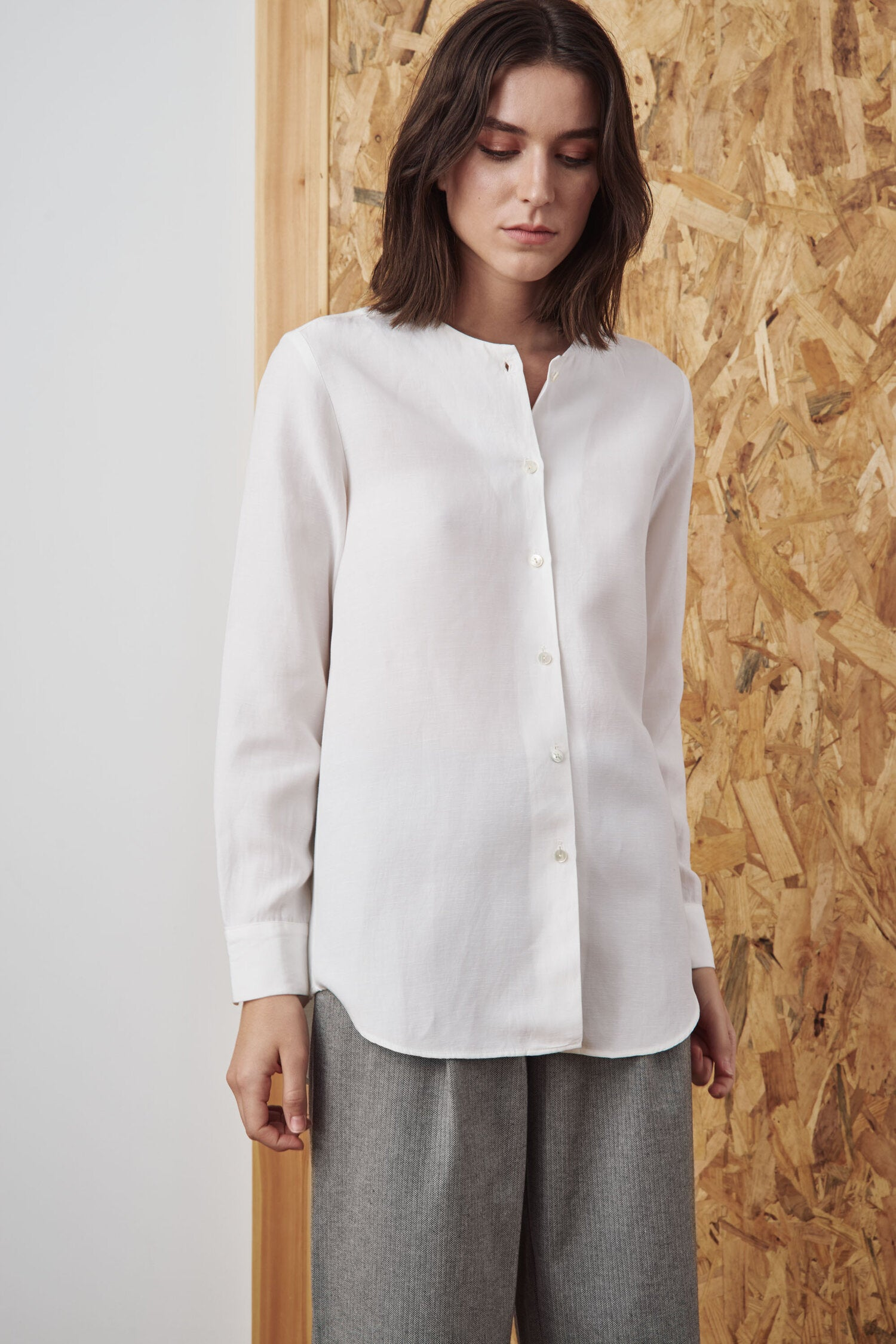 Sunad Corrubedo Blanco Blouse features a classic button-up silhouette crafted of linen-blend