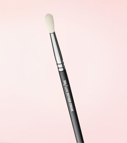 224 Luxe Defined Crease Brush