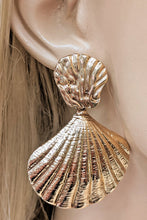 Load image into Gallery viewer, Gold Sea Shell Earrings
