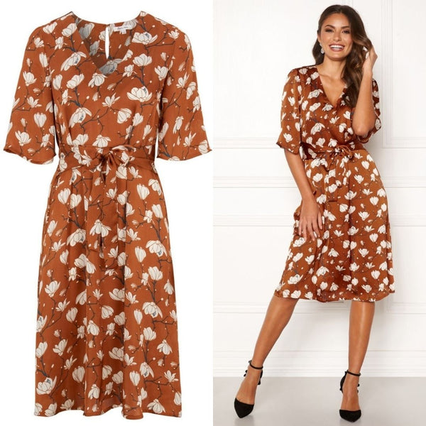 This Beautiful Printed Party Dress features Short Sleeves and a Tie Waist that is sewn in at the side.  It has a Luxurious feel and a fancy cut Underbust.  It has a non-detachable Tie Waist which is Elasticated at the back.  This Pretty Little Party Dress adds that Burst of colour to your Wardrobe and is Ideal for Barbecues, Party wear and even looks amazing styled with Flat White Runners.