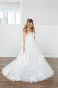 Youthful Easy-Moving V-Neck A-Line Lace Tulle Wedding Dress