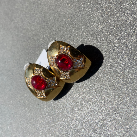 VINTAGE GOLD EARRING WITH RUBY CABOCHON