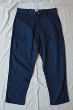 Load image into Gallery viewer, SINGLE PLEAT CHINO - NAVY GAUZE BACK HERRINGBONE