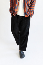 Load image into Gallery viewer, SINGLE PLEAT TROUSER - BLACK CABLED CORDUROY