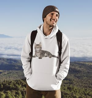 Homme en sweat shirt Maine Coon